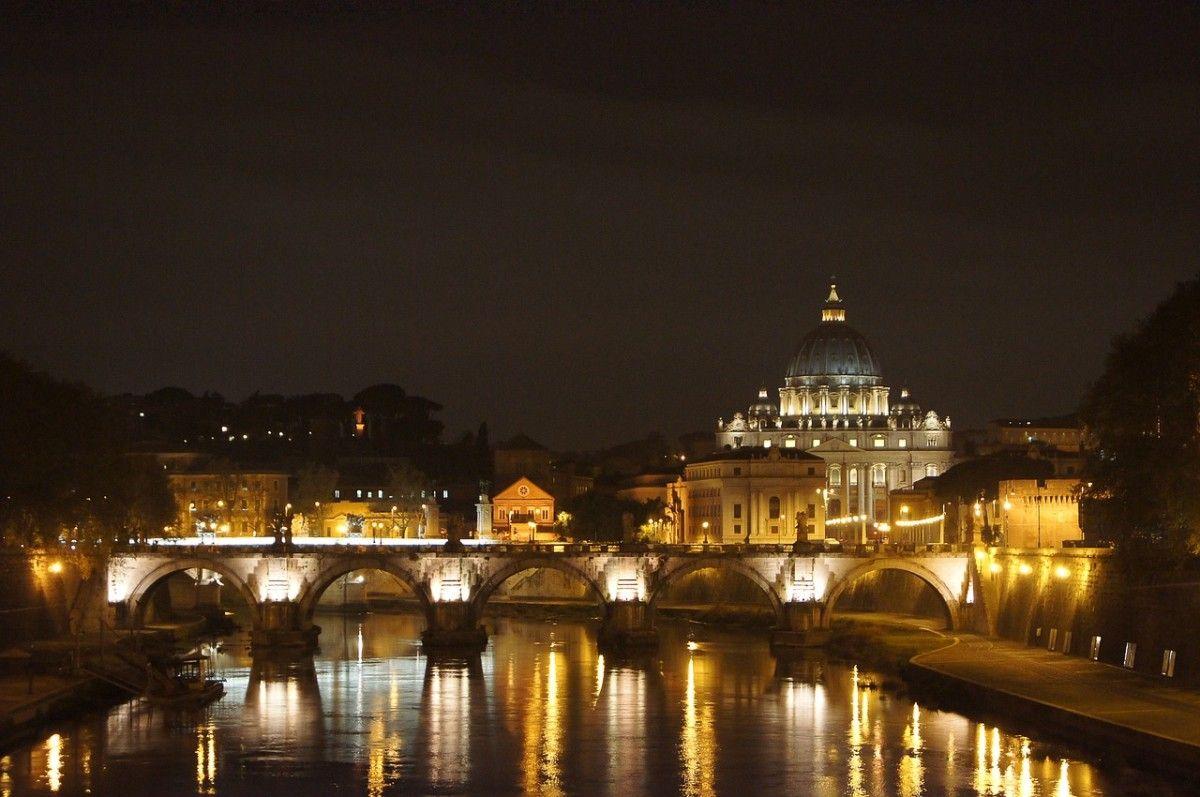 Vue nocturne de la Basilique Saint Pierre de Rome