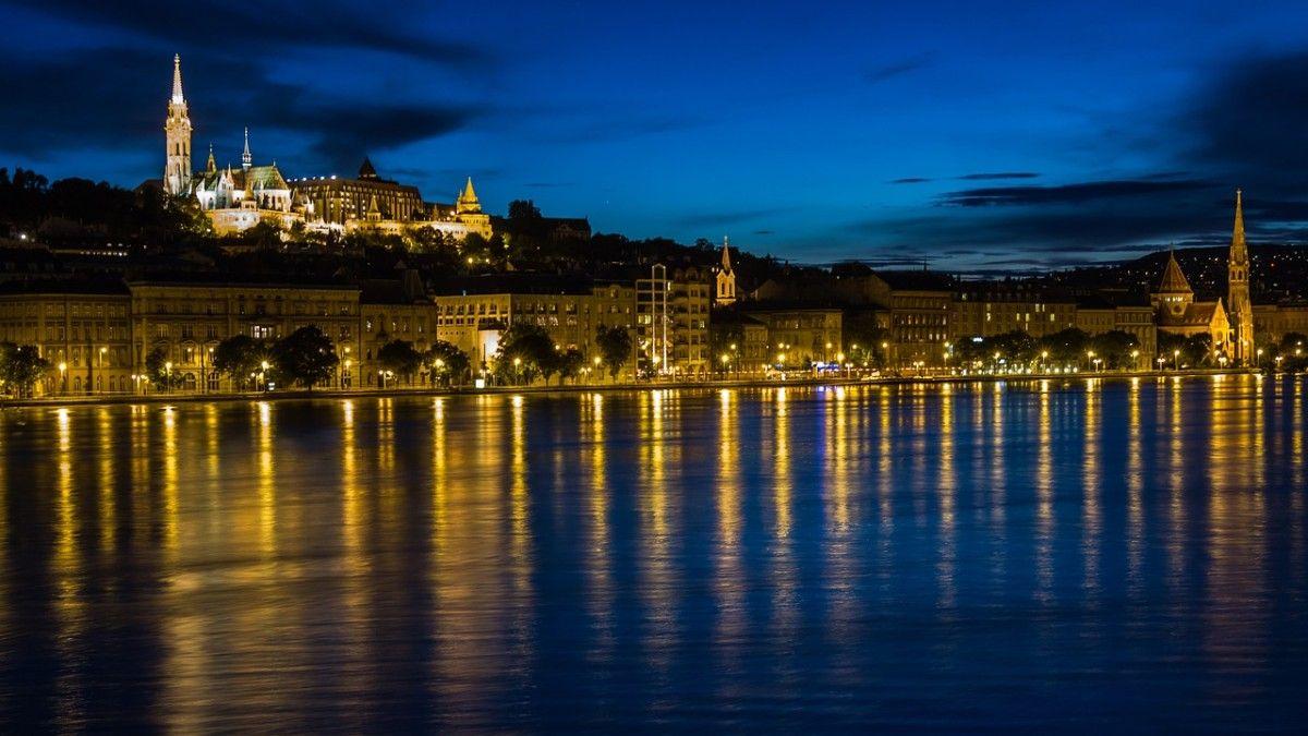 Vue de nuit des rives de Budapest, l'une des villes les plus romantiques d'Europe