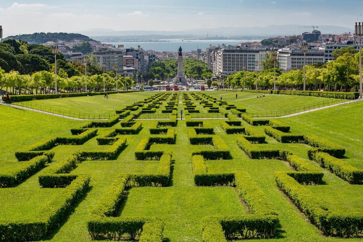 """Vue sur les jardins géométrique """"les sept """"miradorous"""" de lisbonne, l'une des villes les plus romantiques d'Europe"""