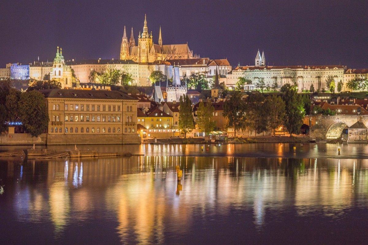 Vue de nuit de Prague, l'une des villes les plus romantiques d'Europe