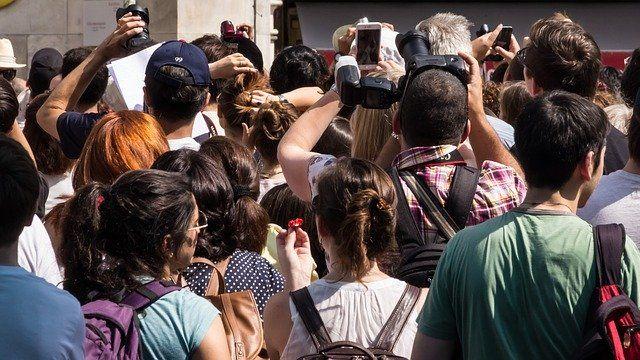 Foule de touristes entassés devant un lieu non-identifié
