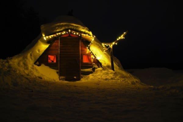 Vue de nuit sur une cabane Finnoise typique, en Laponie