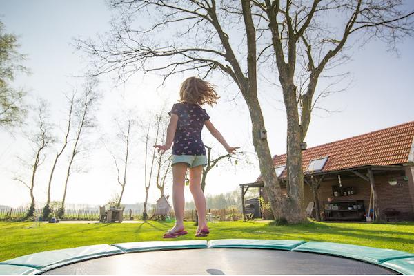 enfant-trampoline-echange-de-maison-en-famille