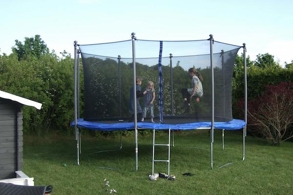 enfants-trampoline-echange-de-maison