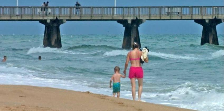 echange-de-maison-personnes-en-balade-sur-plage