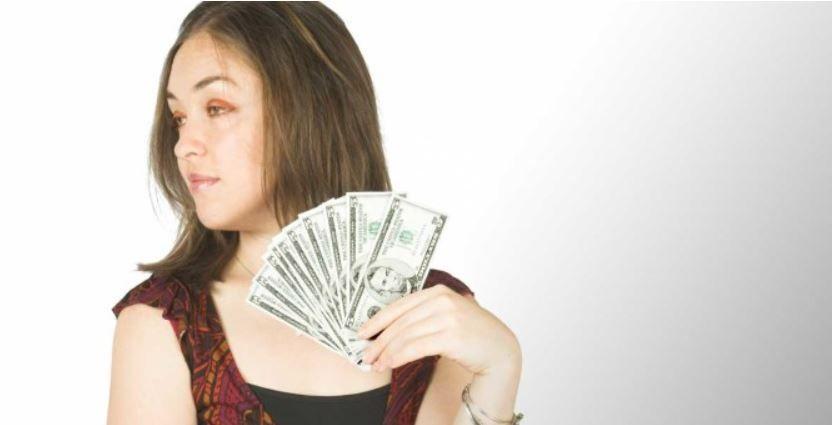 échange-de-maison-femme-avec-billets