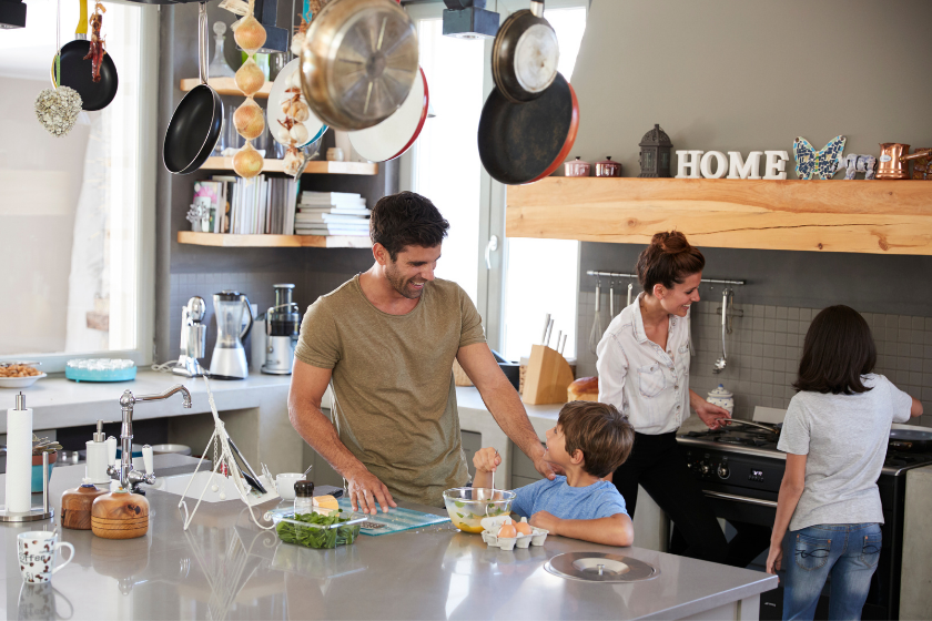 Vacances-Pâques-famille-echange-maison-cuisine-repas